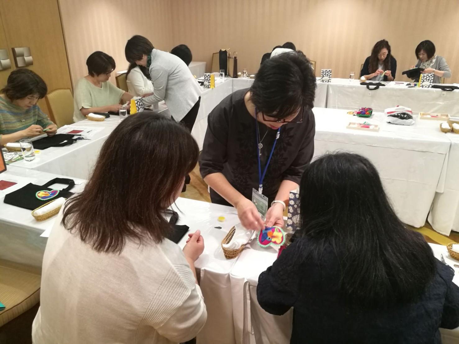 モラのワークショップにて、モラを指導する山田尚美先生