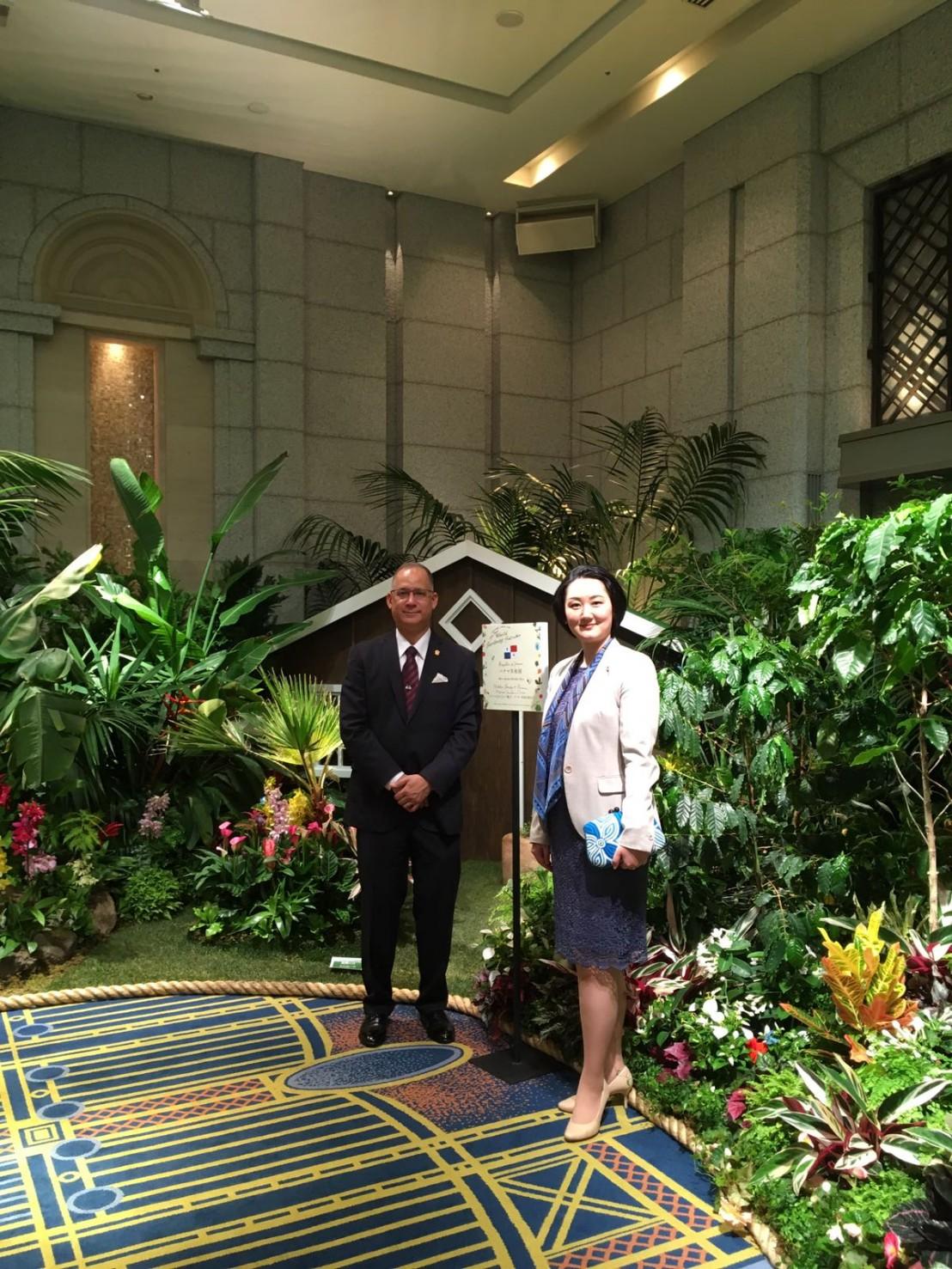 左より:リッテル・ディアス駐日パナマ大使、畑田紋奈パナマ大使夫人