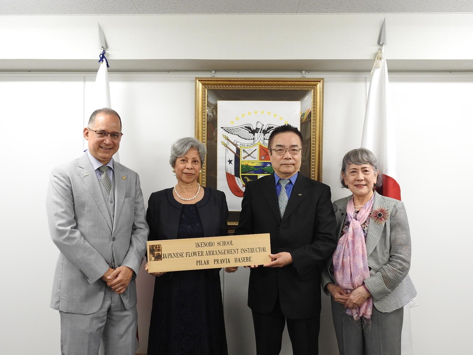 (左から)駐日パナマ大使、長谷部ピラール氏、窪田支部長、華道池坊阿部講師