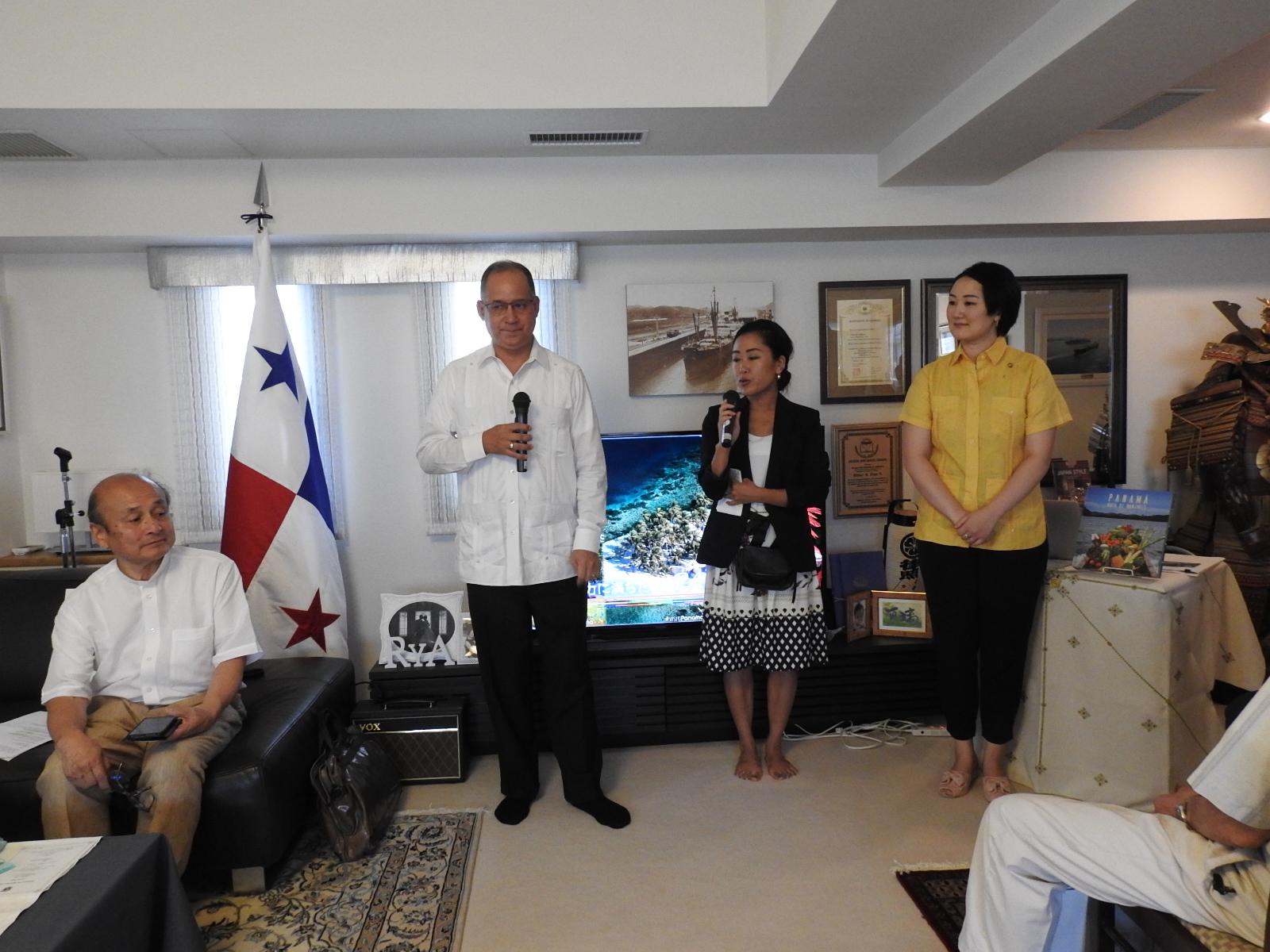 歓迎の挨拶を述べるリッテル・ディアス駐日パナマ大使の様子