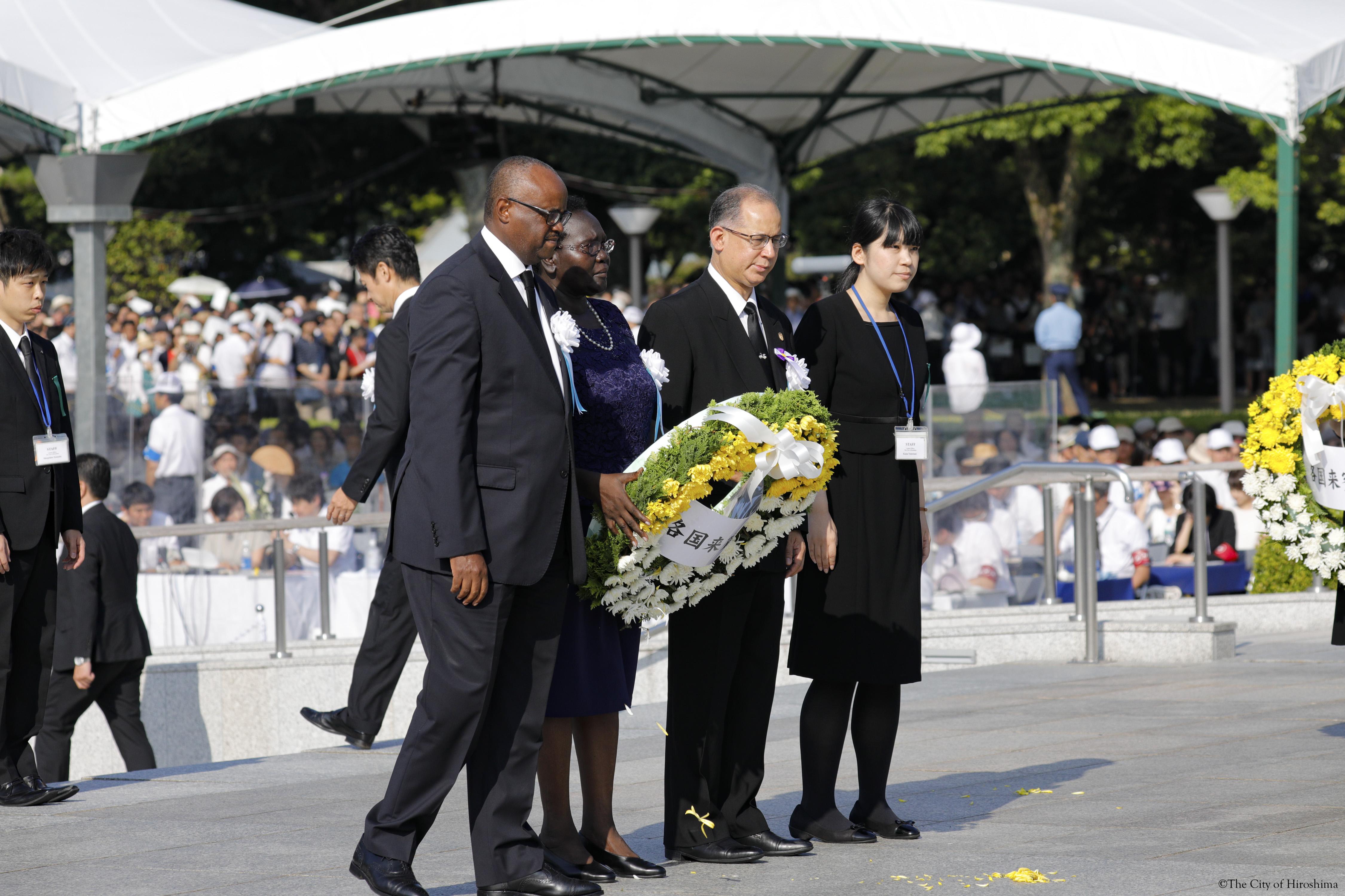 原爆の犠牲になられた方々へのディアス大使による献花の様子。駐日外交団を代表し、ケニア大使、ウガンダ大使と共に