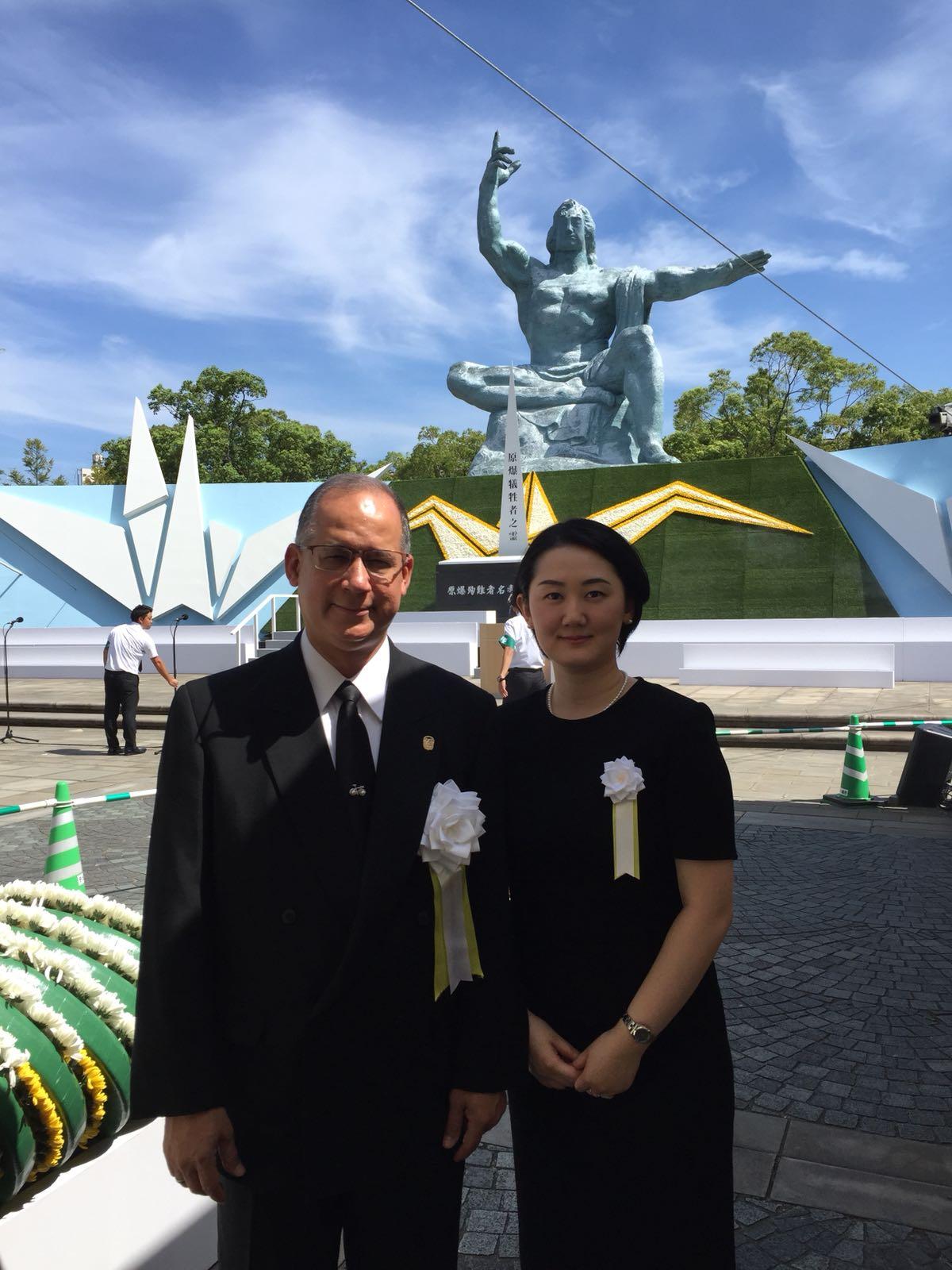 ディアス大使と畑田ディアス紋奈夫人。平和記念式典に参列後、長崎市の平和公園内にて