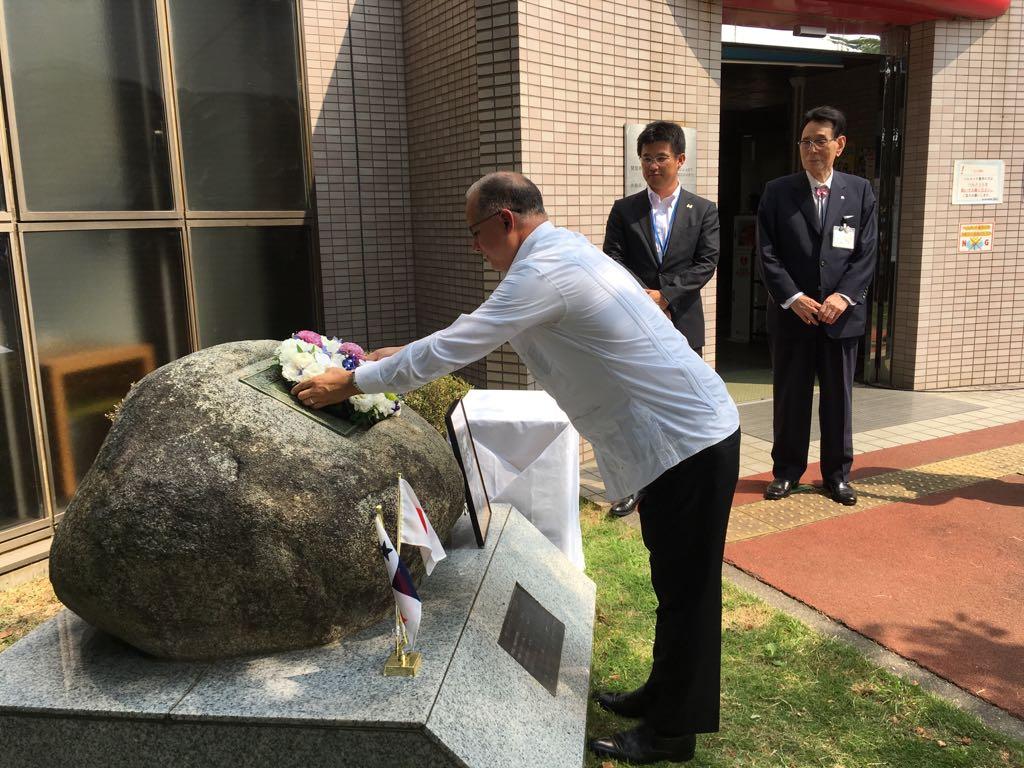 青山士氏の記念碑への献花の様子