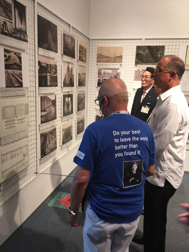荒川放水路に関する展示を視察する様子