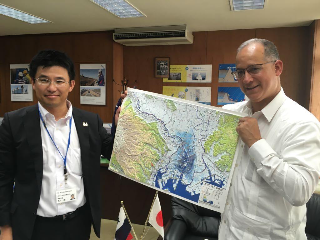 荒川知水資料館所長からの、荒川を中心とした東京の立体地図の贈呈