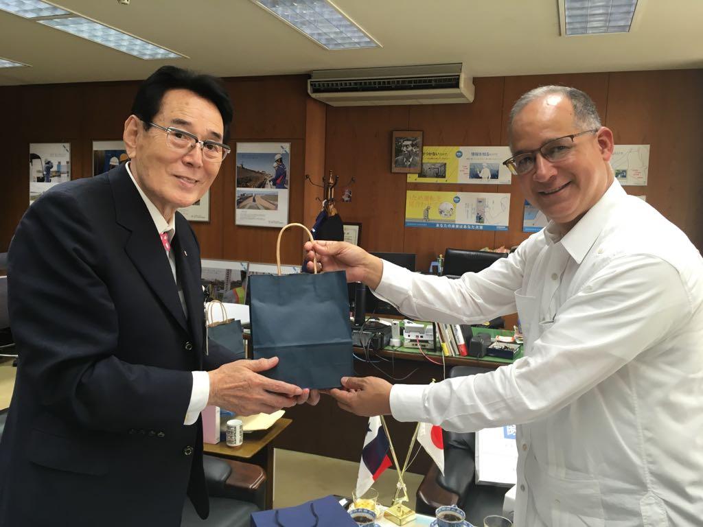 北区区長へのパナマ土産の贈呈