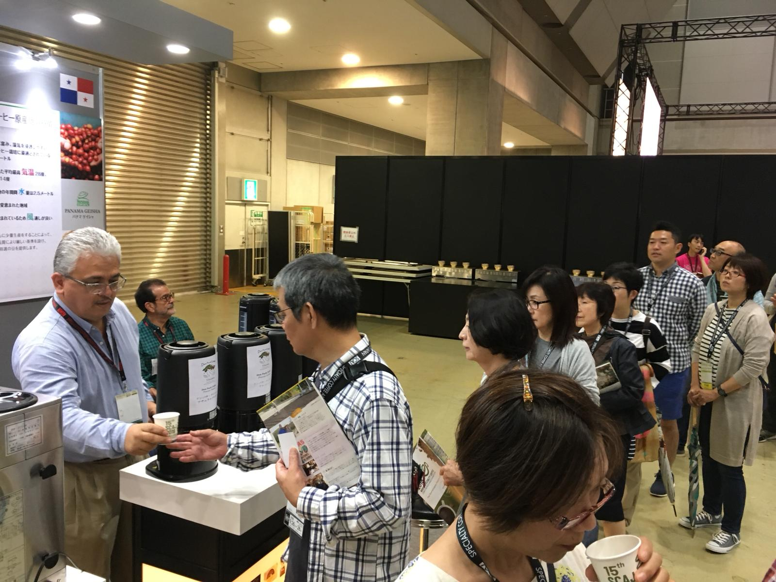 (SCAJ2018の様子)ゲイシャコーヒー 試飲のために列を成す参加者