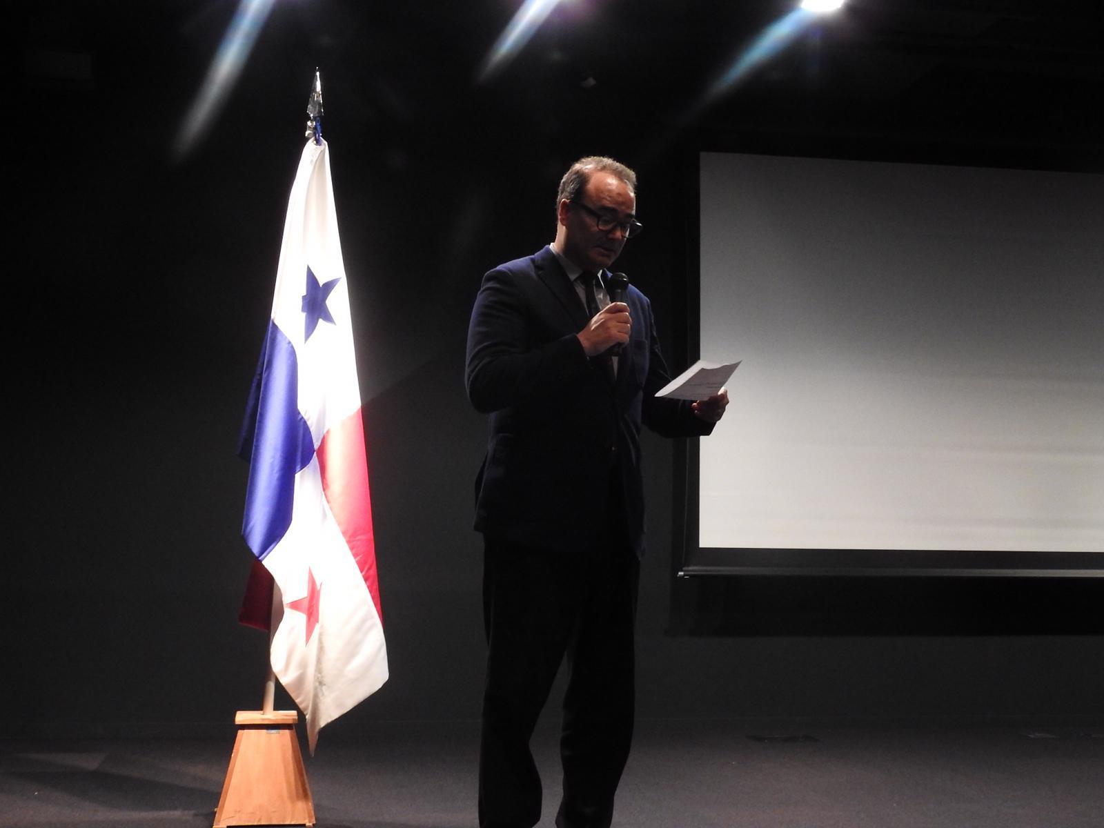 セルバンテス文化センターウガルテ館長による開会の言葉
