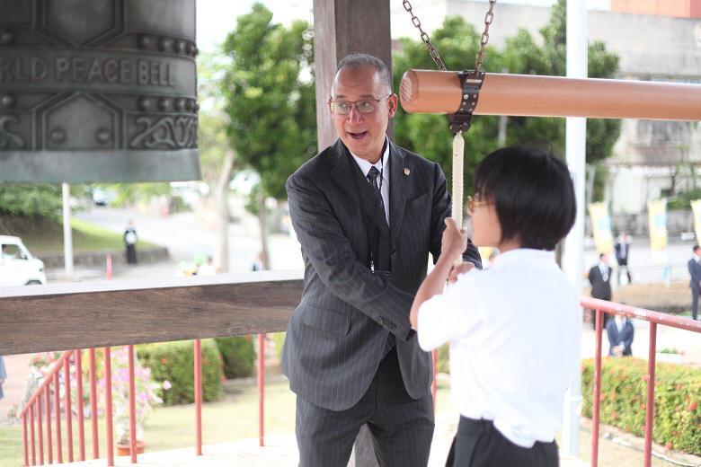 ディアス大使 石垣市小学生とともに平和の鐘を鳴らす様子