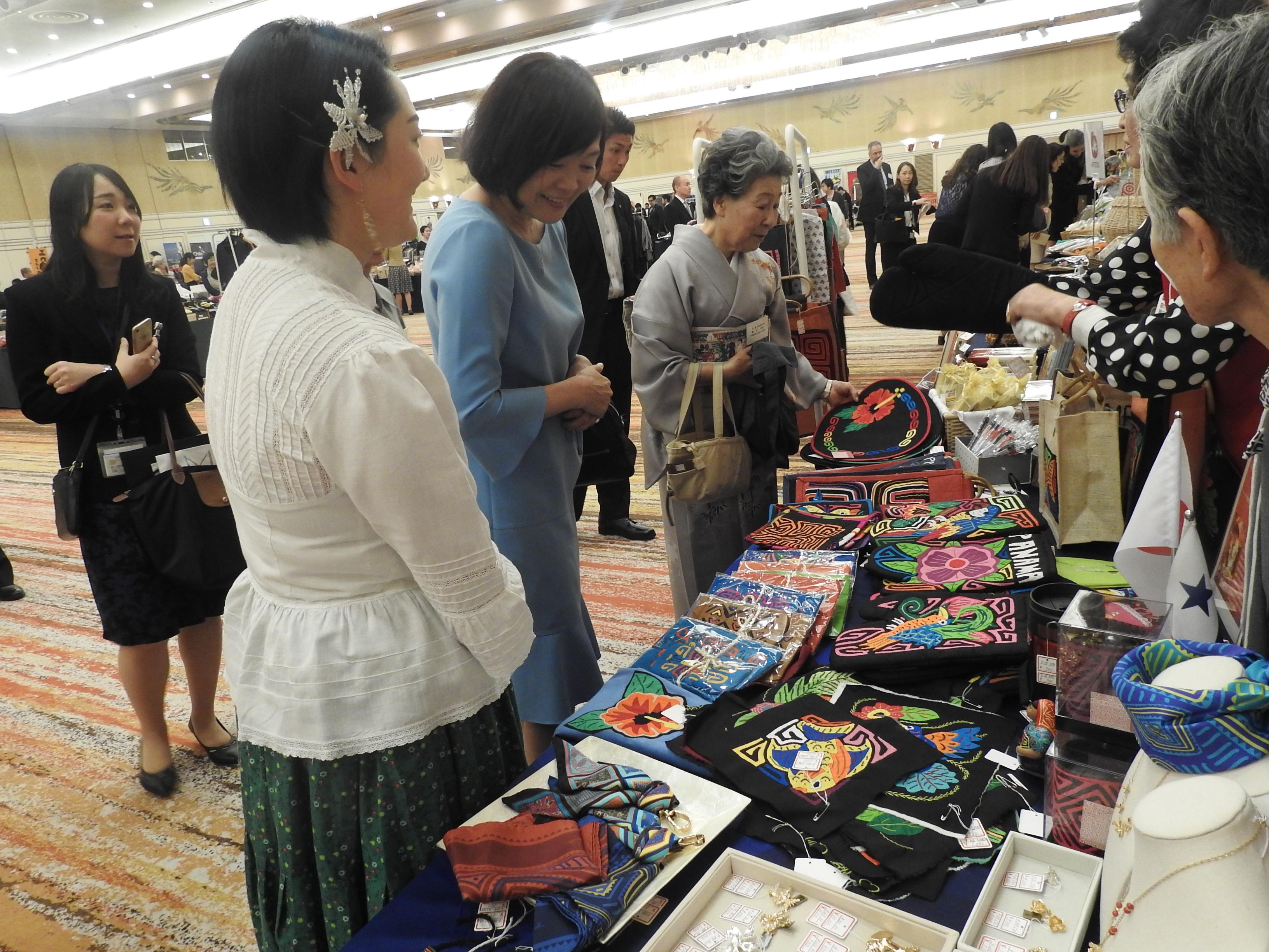畑田ディアス紋奈大使夫人が安倍昭恵内閣総理大臣夫人をお迎えする様子