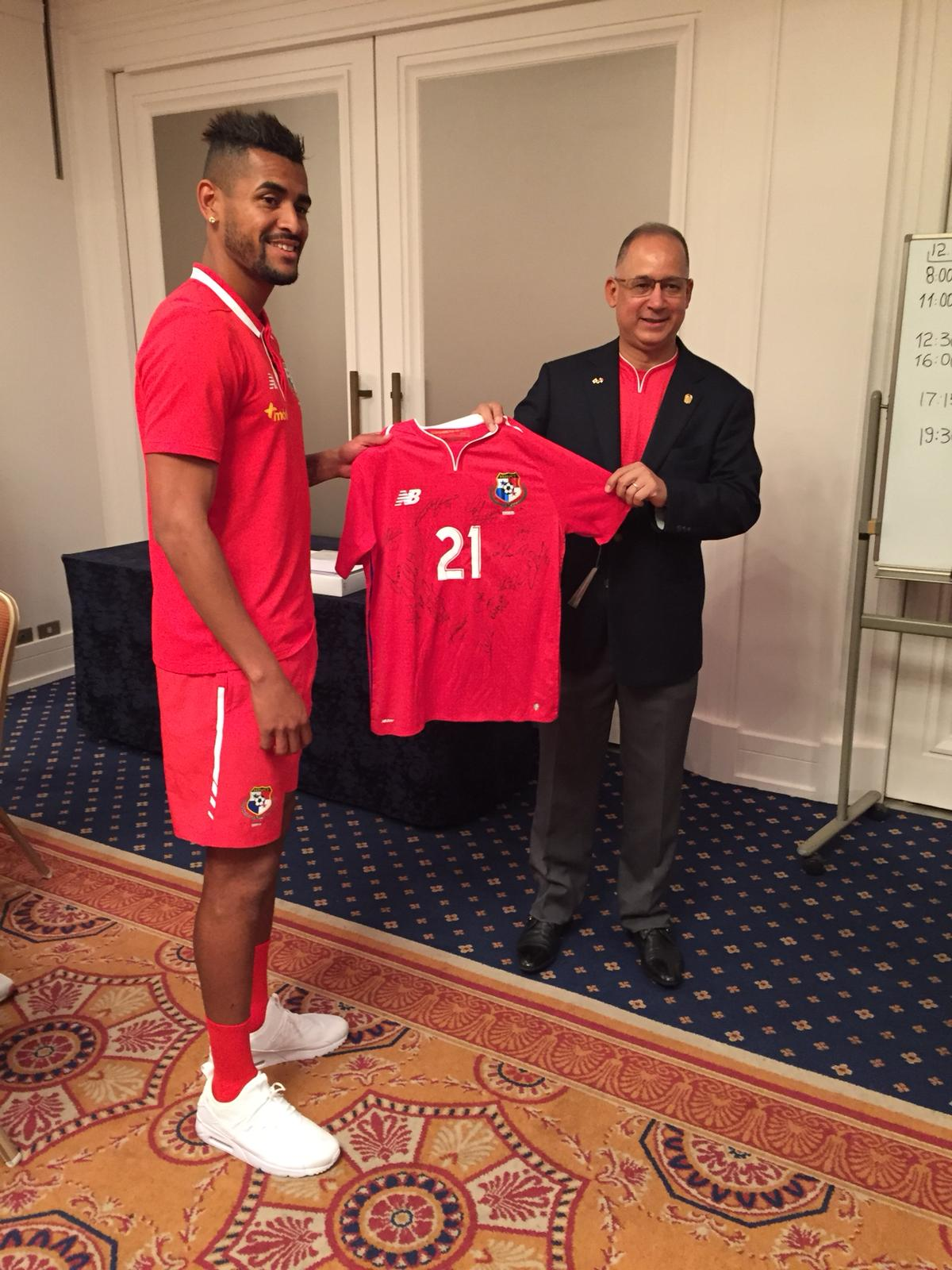 左からパナマナショナルチームキャプテン、パナマ大使にオフィシャルTシャツを贈呈している様子