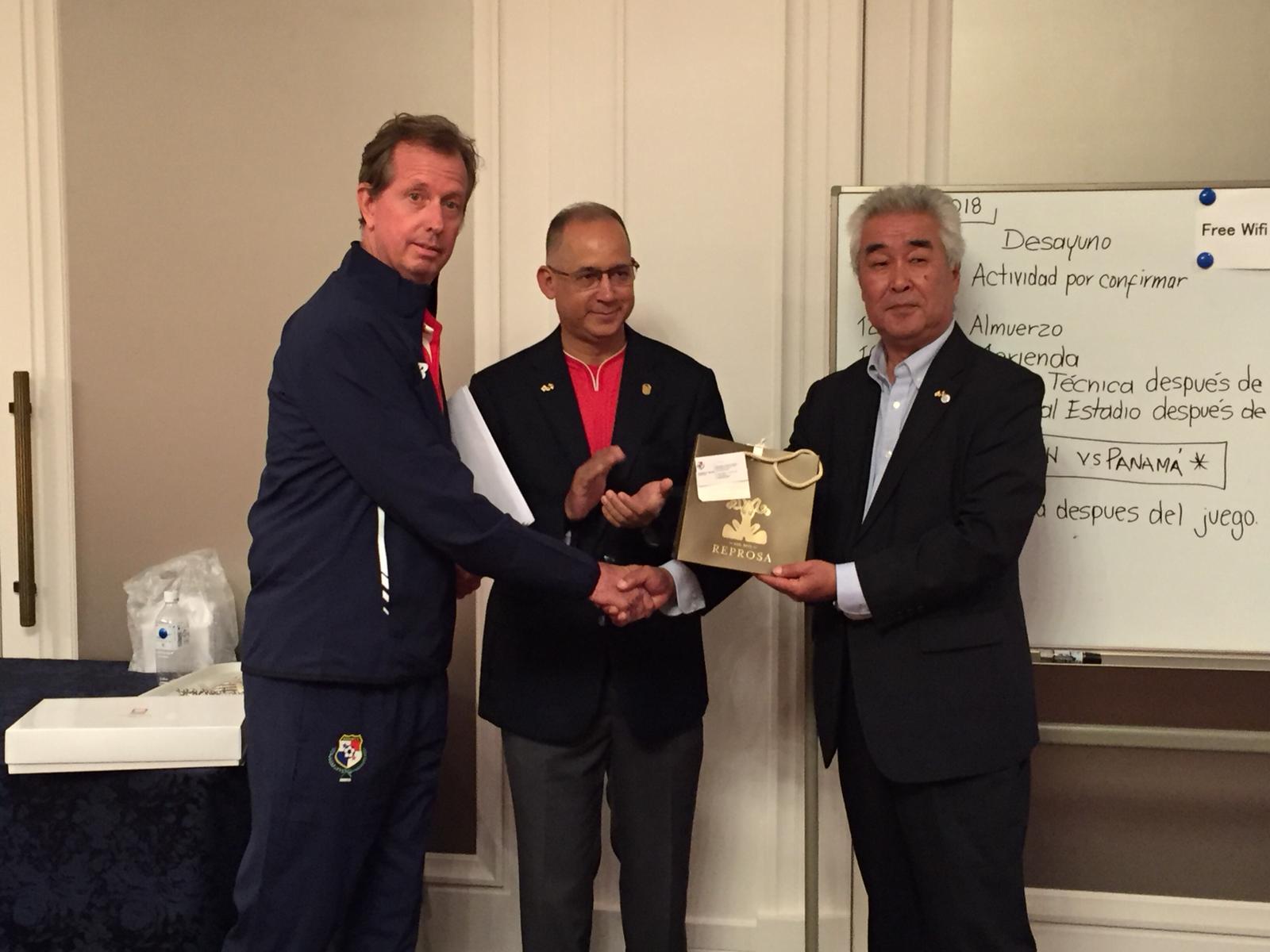 左からゲリー・ステンペル技術監督、大使ディアス、今治市安井氏、パナマチームよりギフト贈呈の様子