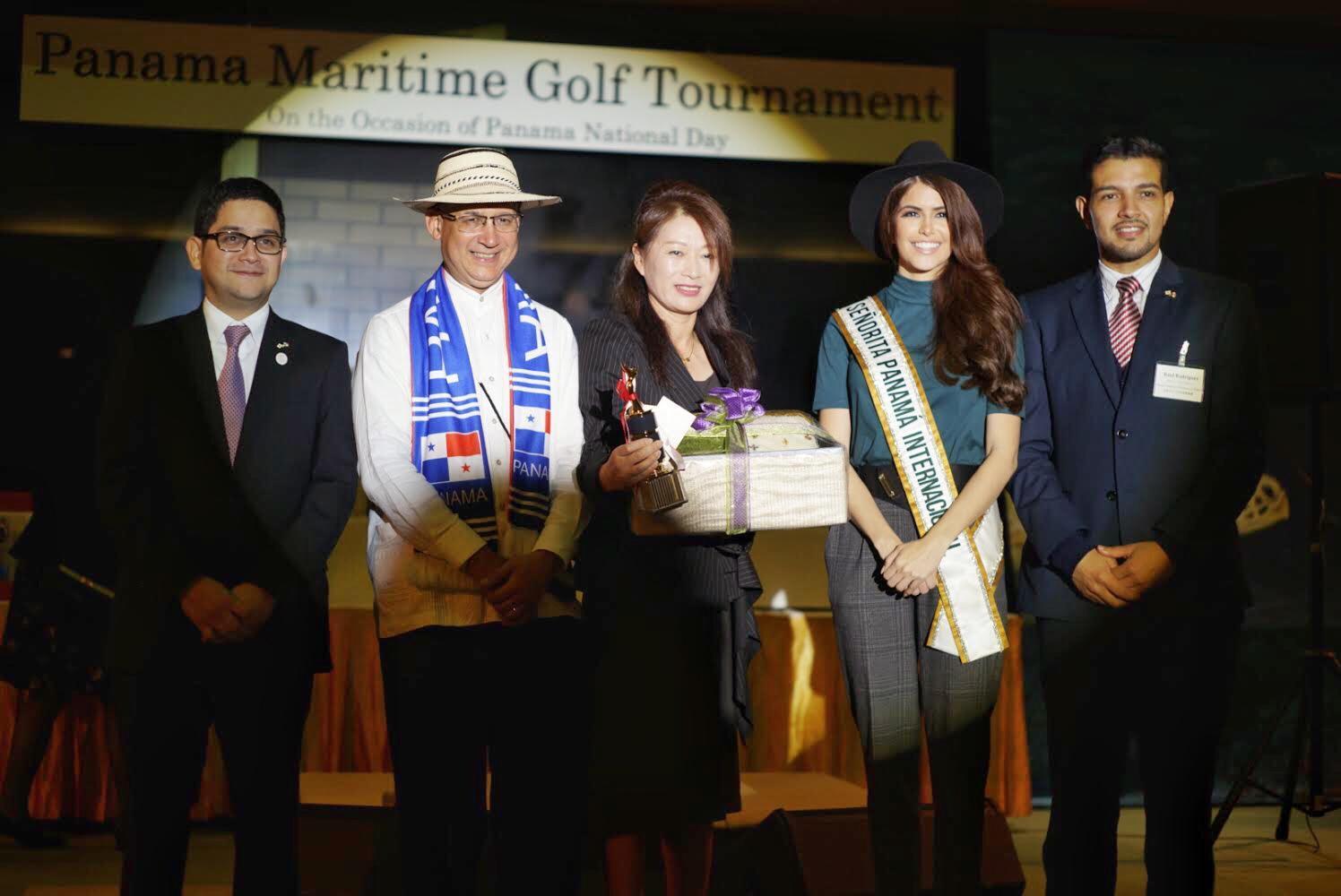 大使、在京及び在神戸総領事、ミス・パナマ 授賞式中受賞者とともに