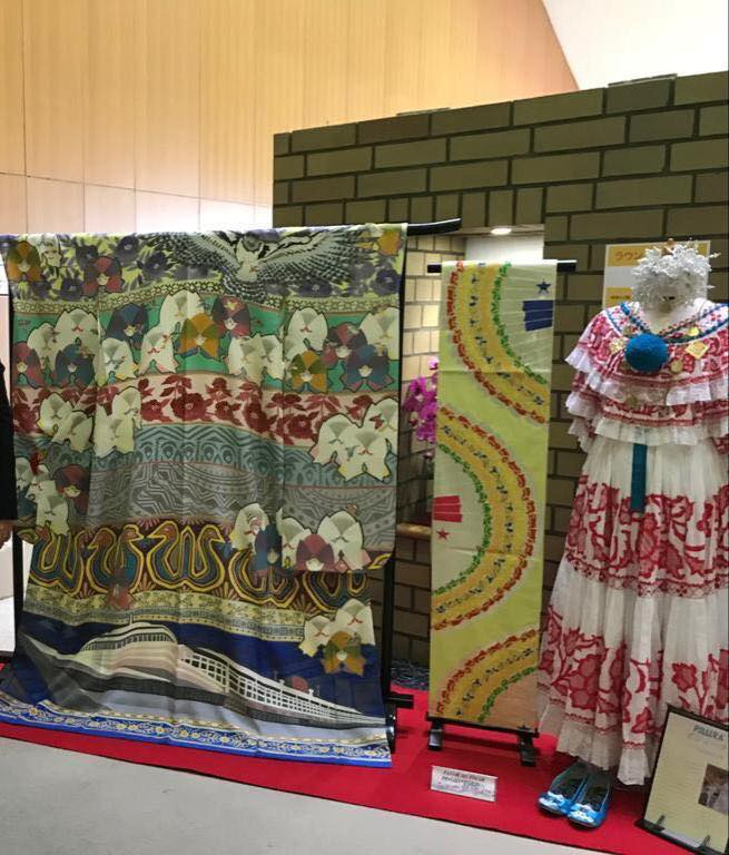 パナマ模様をあしらえた日本の着物とパナマ民族舞踊ポジェーラの展示