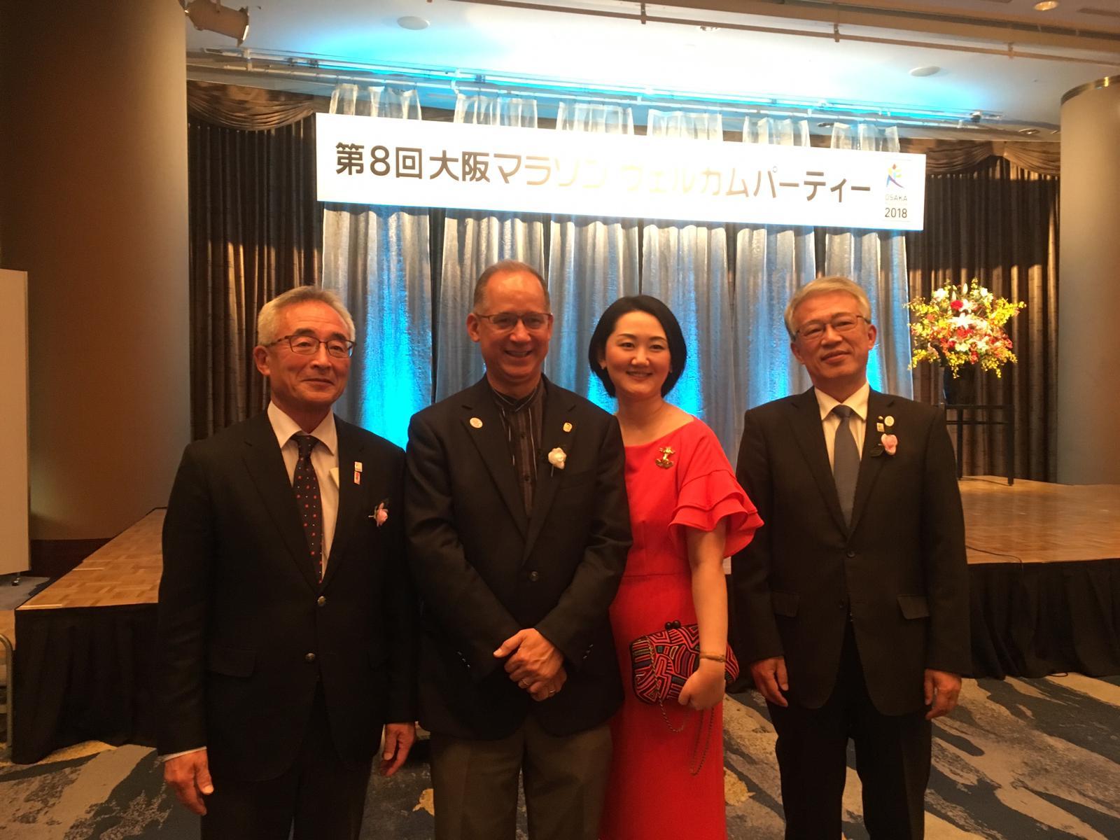 大阪体育協会会長(左)と大阪副市長(右)とともに