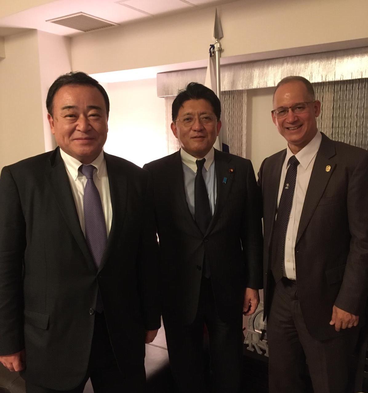(右から)ディアス大使、平井大臣、梶山議員