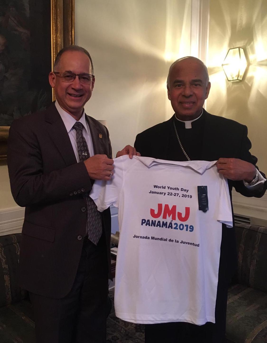 ローマ教皇大使へのTシャツ贈呈