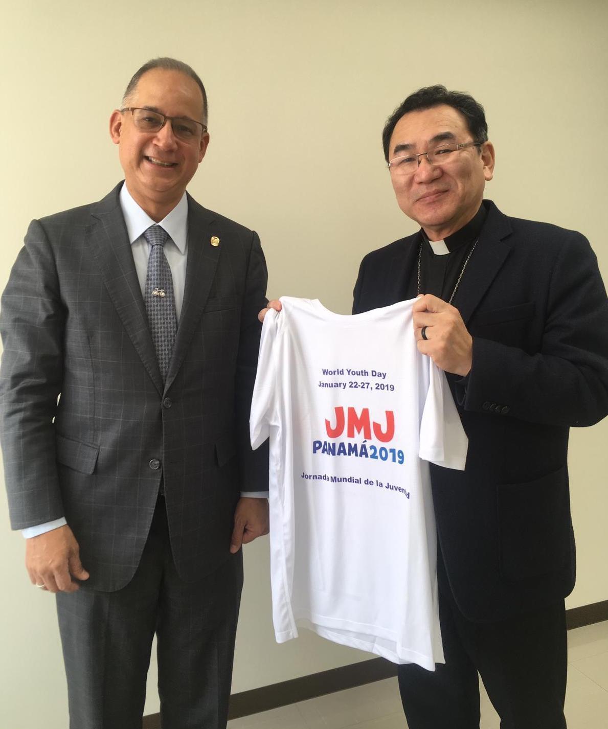東京大司教へのTシャツ贈呈