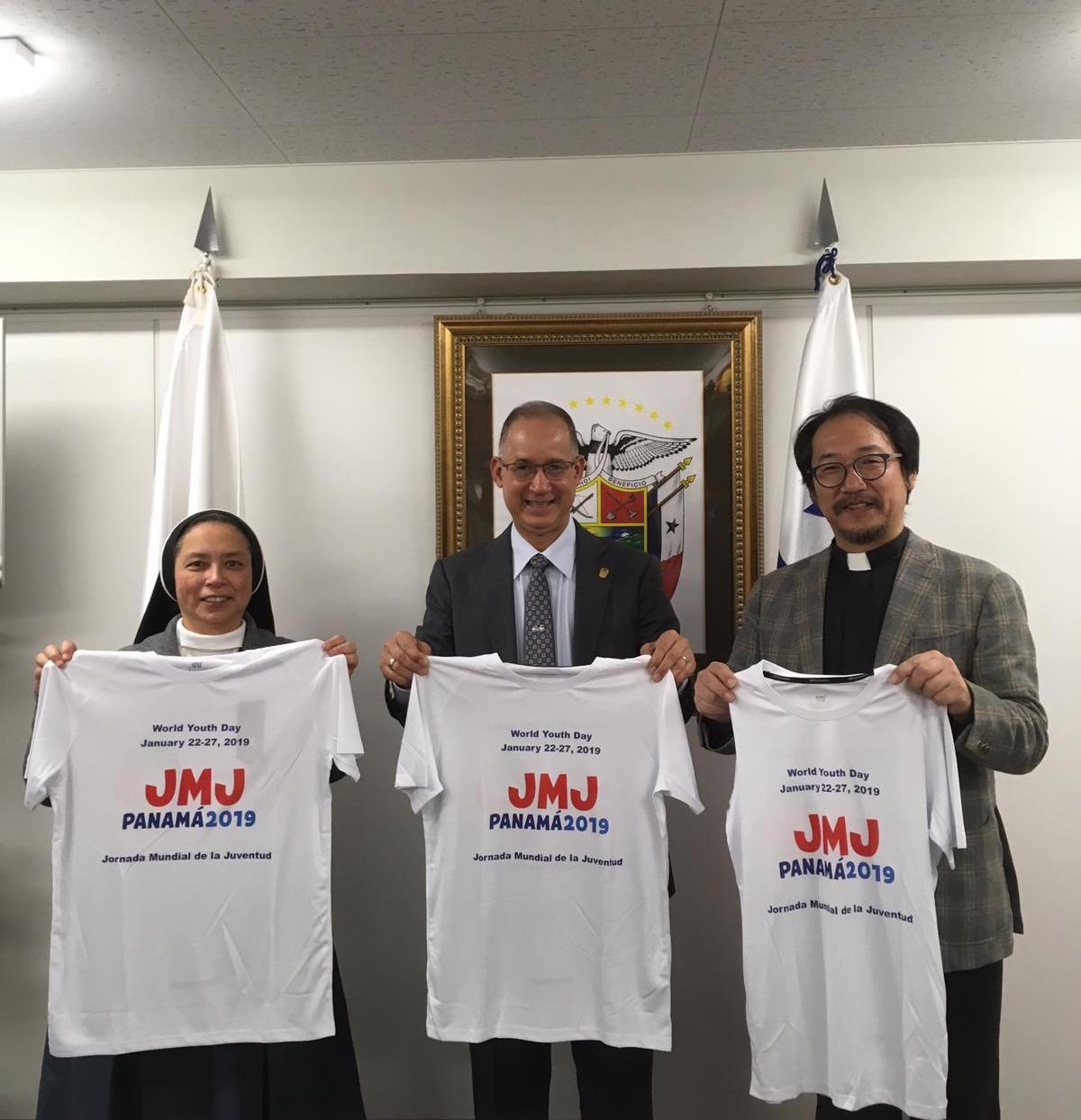 (右から)松村神父、ディアス大使、フアレスシスター、ディアス大使より贈呈されたWYDのTシャツとともに