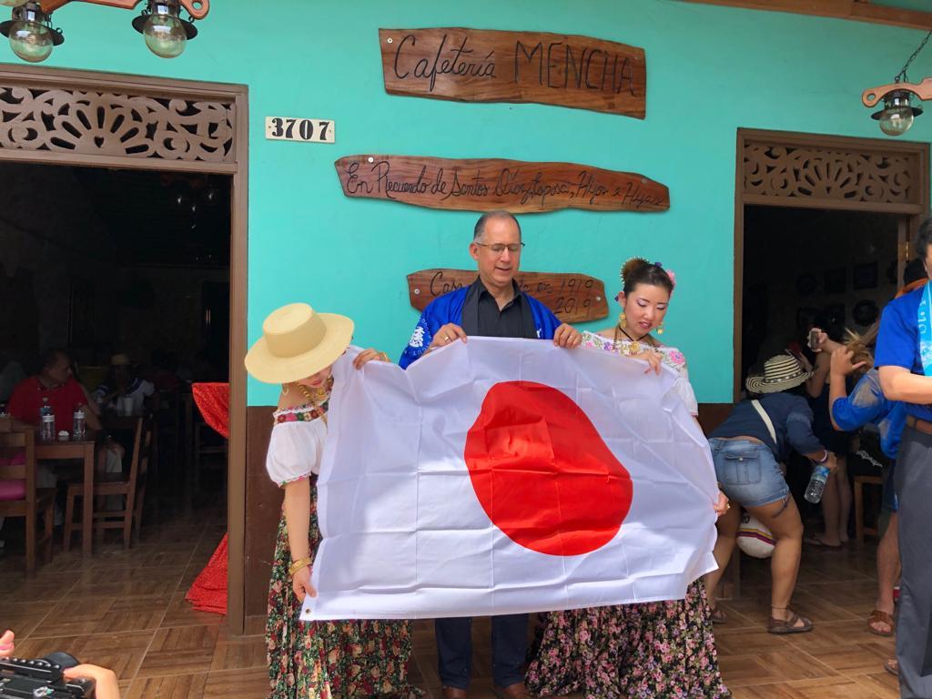 巡礼団代表者から日本国旗を贈呈されたディアス大使の様子