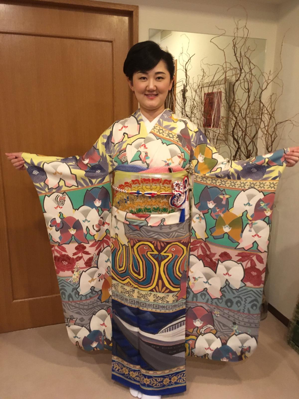 大使夫人とパナマデザインの着物(前部分)