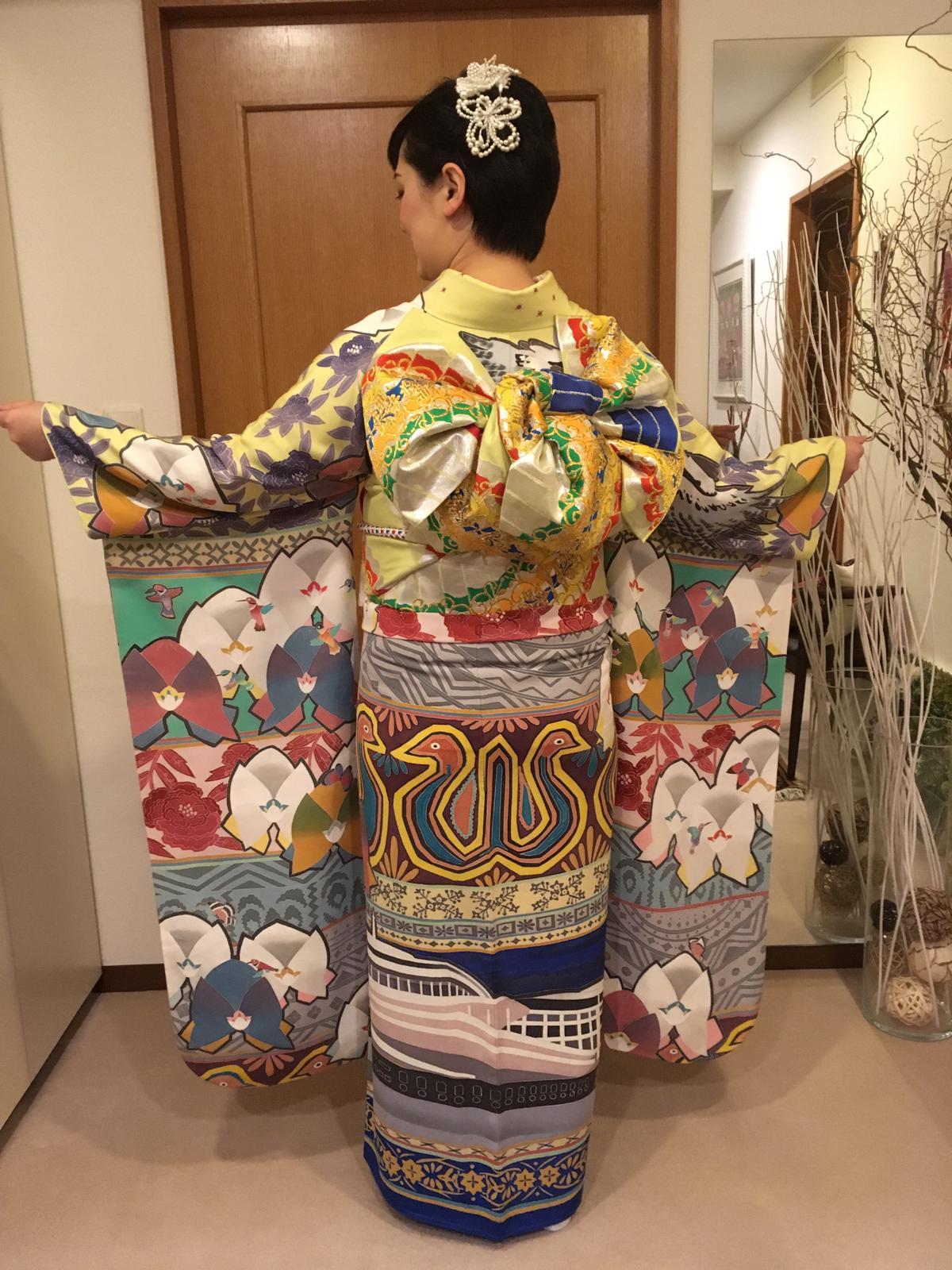 大使夫人とパナマデザインの着物(後部分)
