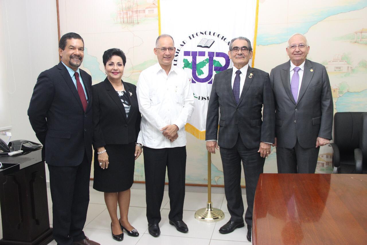ディアス大使、モンテマジョール学長と職員らとともに