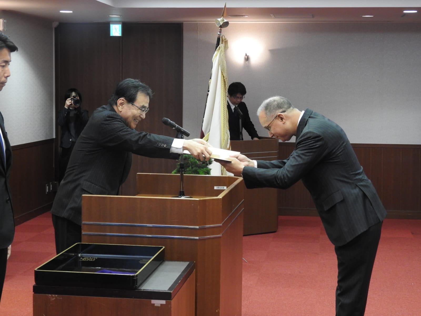 徳久学長より名誉博士号を受け取るディアス大使