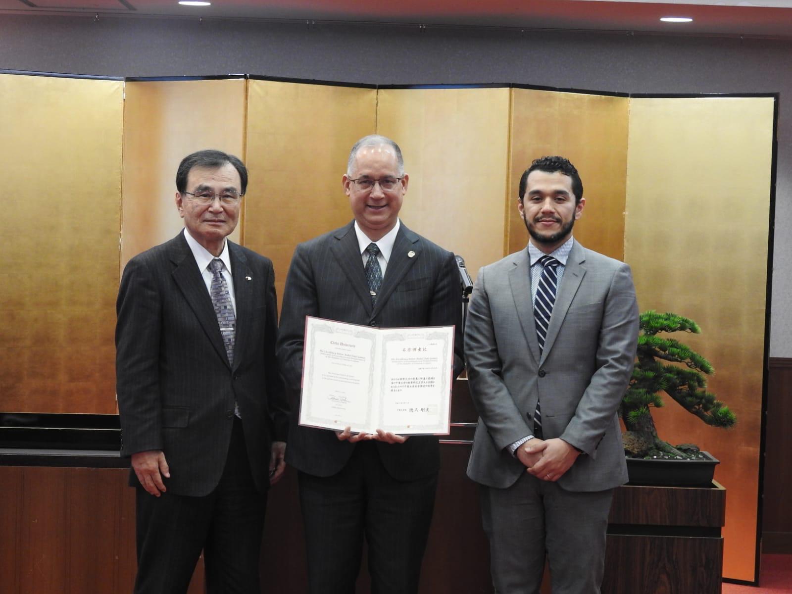 左から徳久学長、ディアス大使、交換留学に参加しているパナマ人学生